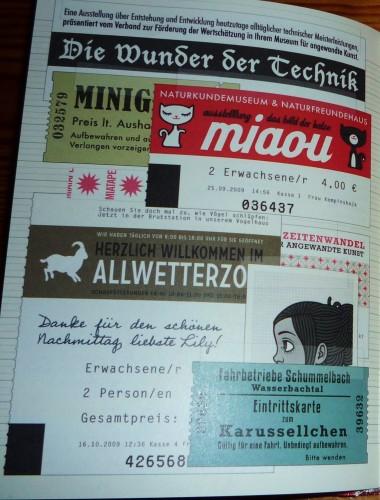 Foto von der Seite mit Souvenirs und Eintrittskarten von Minigolf, Karussell und Allwetterzoo sowie von den Ausstellungen Miaou – Das Bild der Katze und Die Wunder der Technik im Naturkundemuseum, im Lily Lux Notizbuch